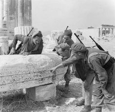 British Special Forces, inspect an ancient Greek epigraph on the Acropolis of Athens, Greece, after the liberation of the city in October 1944 British Soldier, British Army, Winston Churchill, Athens Acropolis, Athens Greece, Attica Greece, Ww2 Pictures, Greek Art, History Photos