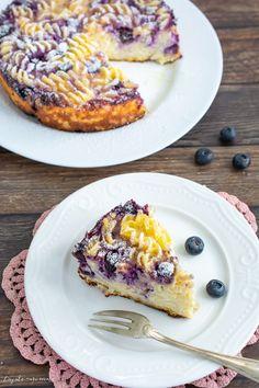 Mergi direct la rețetă Rețeta clasică de budincă de paste cu brânză de vaci la care am adăugat câteva afine delicioase. Budincă de paste cu brânză, rețeta copilăriei. Macaroane cu brânză la cuptor. Cu siguranță vă amintiți macaroanele cu brânză la cuptor pe care le făceau mamele și bunicile noastre. Cu mâncarea asta mi-am crescut...Read More Blueberry Scones, Vegan Blueberry, Dessert Drinks, Dessert Recipes, Canned Blueberries, Vegan Scones, Gluten Free Flour Mix, Scones Ingredients, Smoothie Drinks