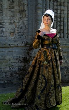How to make a kirtle and a Burgundian gown