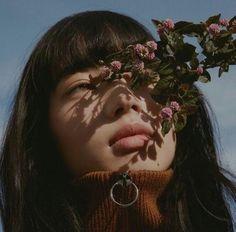 aesthetic girl with flowers photos Girl Photography, Fashion Photography, Fotografia Macro, Photo Instagram, Disney Instagram, Instagram Worthy, Aesthetic Girl, Aesthetic Pictures, Pretty People