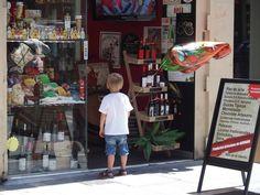 Niño con globo en la calle Estafeta Pamplona, Times Square, Travel, Street, Viajes, Destinations, Traveling, Trips