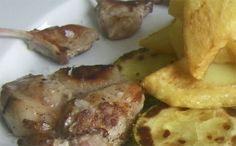 Esto son chuletitas de cordero lechal payoyo de la Sierra de Cádiz, bueno con una guarnición de papas fritas y calabacines a la parrilla. Lo ponen en el restaurante Plaza de Ubrique y emcabeza esta semana la lista de cosas para probar en el fin de semana. http://www.cosasdecome.es/a-la-carta/tapas-y-platos-para-disfrutar-este-fin-de-semana/