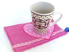 Praktisches Platzset für Naschkatzen:  Kekse und Teetasse finden ihren Platz, Brösel bleiben auf dem Set und man benötigt keinen Teller.