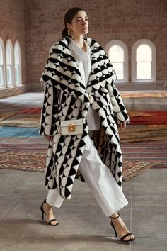 Stunning Oscar de la Renta Pre-Fall 2019 Collection - Vogue Just adore this fabulous coat. White Fashion, Look Fashion, Runway Fashion, Fashion Show, Fashion Outfits, Womens Fashion, Fashion Design, Fashion Trends, Fall Fashion