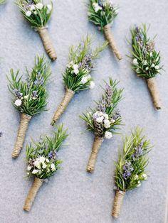 Simple beautiful wedding buttonholes for modern wedding #buttonholes #bouttonniere #weddingflorals #weddingflowers