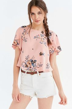 Kimchi Blue Goldie Floral Flutter-Sleeve Tee - Urban Outfitters