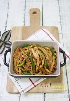 식감깡패 어묵잡채 / 어묵볶음 국민반찬 어묵의 새로운 변신!어묵잡채... 어느날 저녁 준비를 하기 위해 냉... K Food, Food Menu, Cooking Recipes For Dinner, No Cook Meals, Korean Side Dishes, Around The World Food, Keto Chili Recipe, Kimchi Recipe, Food Festival