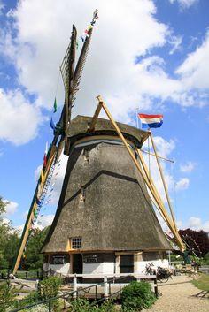 De Westbroekse Molen is een grondzeiler iets buiten het dorp Oud-Zuilen, gelegen in de Utrechtse gemeente Stichtse Vecht. De achtkante molen uit 1753 is maalvaardig. De molen kan worden ingezet als poldermolen voor het bemalen van de polder Westbroek. De bedienende molenaar doet dit op vrijwillige basis. De Westbroekse Molen staat direct naast de Buitenwegse Molen.