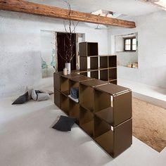 qubing Regalsystem als Raumteiler im Wohnraum, geradlinig oder um die Ecke gebaut. Von vorne und hinten schön.