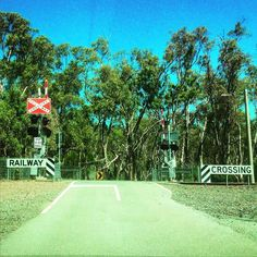 Railway crossing in Mooroopna near Shepparton. #lavueltaalmundosinprisas #aroundtheworldunhurried #lavueltaalmundo #aroundtheworld #railway #vías ##viaje #travel #trip #journey #traveler #viajero #Mooroopna #town #pueblo #Victoria #state #estado #Australia #trabajo #work #job #turista #tourist #turismo #tourism #amigos #friends