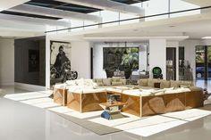 Uma das salas da casa é decorada com uma réplica da moto do ator James Dean