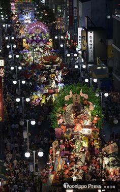 豪華な山車が中心街の目抜き通りに並んだ八戸三社大祭の前夜祭=31日午後7時すぎ、八戸市三日町