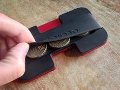 Don't like the feel of the elastic band? Minimo features one with a large silicon band for a better grip. The wallet requires a minimum of 2 plates, where a and optional center plate can be added to divide the cards. The 2 main plates can also be swap Cool Tech Gifts, Minimal Wallet, Aluminum Wallet, Diy Wallet, Edc Everyday Carry, Cool Technology, Leather Accessories, Leather Working, Slim