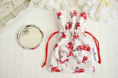 Specchietto da borsa in tessuto bianco a fiori rossi con pochette e fiocco by MariposaCreazioni #italiasmartteam #etsy