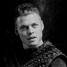 I pretend you're mine Ivar Le Désossé, Ivar Ragnarsson, Ivar Vikings, Vikings Tv, Cheveux Lagertha, Vikings Show, Danish Men, Viking Character, Conan Exiles