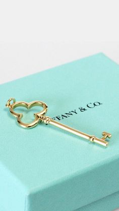 Don't we all love a little Tiffany and co? Luxury Jewelry, Jewelry Shop, Fashion Jewelry, Jewellery, Tiffany Blue Wallpapers, Tiffany Blue Background, Iphone Wallpaer, Tiffany Bead Bracelet, Tiffany And Co Box