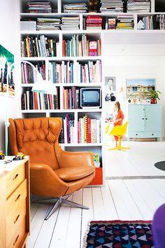the reading corner wears happy colors (via Homelife / ph. Jenny...
