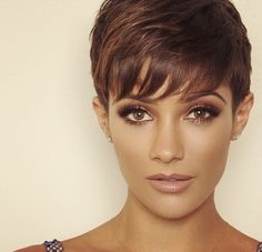 Frankie Sandford's Shimmering Bronze Beauty Look: How To Hairstyles Haircuts, Pretty Hairstyles, Frankie Sandford Hair, Short Hair Cuts, Short Hair Styles, Pelo Pixie, Peinados Pin Up, Green Hair, Pixie Haircut