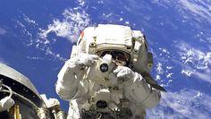 Un astronaute dévoile le matériel photo utilisé par la Nasa au sein de l'ISS