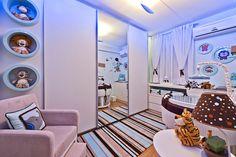 A mãe queria um quarto azul com corujinhas para o filho. O ambiente de 11 m², então, foi projetado pela arquiteta Helaine Pinterich para abrigar nichos que expõem bichos de pelúcia. O ambiente conta também com elementos que se ajustam conforme a criança cresça, como o berço, que se adapta ao crescimento do bebê.