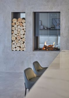 Raised up to be enjoyed throughout this kitchen and dining space, our bespoke gas fireplace and log store sits in the diving wall, like a dynamic art piece. Designed in collaboration with Cherie Lee Interiors Fireplace Tv Wall, Double Sided Fireplace, Open Fireplace, Wall Fireplaces, Modern Interior Design, Luxury Interior, Interior Architecture, Log Store, Model Homes