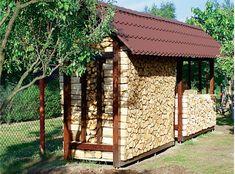 Drewno kominkowe powinno być suche, wtedy spala się równomiernie, nie dymi i wydziela dużo ciepła. Dlatego ważne jest, aby przechowywane było w zadaszonym miejscu. W naszym kursie pokażemy ci jak zbudować drewutnię krok po kroku.