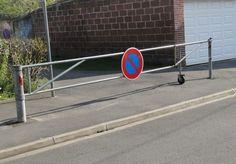 Système de sécurité aux abords des écoles qui permet de bloquer la circulation des voitures lors des sorties d'enfants.