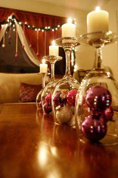 Aquelas taças de vinho esquecidas no fundo do armário podem se transformar em lindos castiçais!