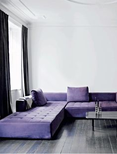 How to add the impossible Ultra Violet's Pantone color of the year 2018 in your home? Here are French By Design approved Ultra Violet interiors. Purple Interior, Best Interior, Retail Interior, Luxury Interior, Salons Violet, Lila Sofa, Living Room Decor Purple, Decor Room, Apartment Living