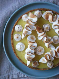 Ett pajskal med en hint av lakrits fyllt med ganache av vit choklad och passionsfrukt toppad med italiensk maräng blir en symfoni av syrligt och sött.