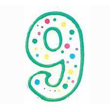 Vela festiva em forma de número 9, perfeita quer faça 9 ou 99 anos!   Em tom verde com 7,5 cm de altura.