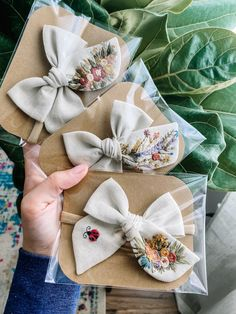 to see all of these stunning customs! Embroidery On Clothes, Embroidery Bags, Flower Embroidery Designs, Hand Embroidery Patterns, Diy Hair Bows, Diy Bow, Ribbon Hair, Diy Hair Accessories, Creations