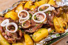 Hagymás tepsis tarja velesült krumplival: a páctól lesz igazán finom - Recept | Femina Ramen, Sausage, Ethnic Recipes, Minden, Food, Sausages, Essen, Meals, Yemek