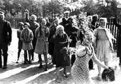 Женщины бросают цветы немецким солдатам / Литва, лето 1941 года