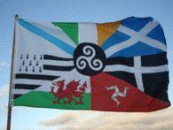 BANDEIRA INTERCELTICA BANDERA DE LOS PAISES CELTAS CELTIGA  Bandera de los Países Celtas, con un collage de las banderas de Irlanda, Escocia, Gales, Galicia, Bretaña, Cornualles e Isla de Man  Ideal para colección personal, decoración en pubs, festivales de música, eventos culturales, etc...  Detalles: » La bandera mide 150x90 cm. » Material: poliéster. Para uso interior o moderado uso exterior. » La bandera tiene dos anillos laterales de metal para izarla en mástiles.