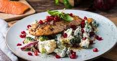 Stekt laks med salat av rå brokkoli blir en crunchy og god middag. I salaten har vi i litt granateplefrø som gir god smak og fin farge. Enkel og god oppskrift på laksefilet med brokkolisalat og granateple. Kjøp ferdig brokkolisalat hos MENY eller lag den selv. Enkelt og godt uansett!