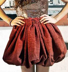 Falda globo   Es aconsejable que el tejido sea ligero. Se forma uniendo el forro con forma de falda base y unos 10 cm más corto que la largura que deseemos. La falda se cortará a la medida que hayamos determinado más 10 ó 12 cm de más que será lo que se remeterá hacia dentro para formar el globo. Frunciremos el bajo de la falda uniéndolo al forro y luego la parte de la cintura uniéndola también al forro por arriba. Se coloca la cinturilla, aunque en algunos casos podemos sustituir por una…