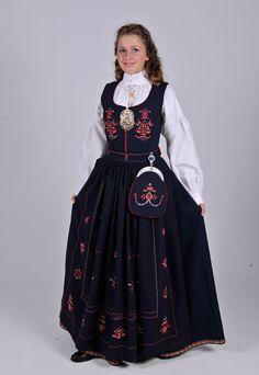 KVINNEBUNAD FRA ØRSKOG Ørskogbunaden er laget etter et gammelt forkle fra gården Gjære i Ørskog. Forkleet er fra ca 1850. De fant ikke noe liv, så de brukte rosene fra forkleet. Den kalles Märthabunaden, etter at en slik bunad ble gitt i bryllupsgave til Kronprinsesse Märtha i 1929. Bunaden kan leveres med svart eller blått stoff. Stakken kan foldelegges eller piperynkes.