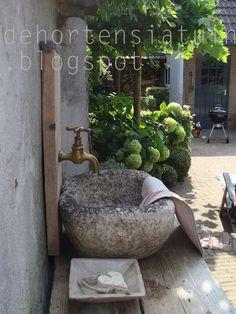 Zandstenen trog (de hortensiatuin)
