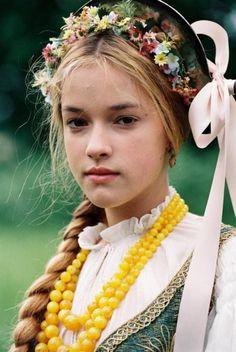 Alicja Bachleda in the movie Pan Tadeusz. Lithuanian costume, I believe (haven´t seen the movie though :/ ) Folklore, Beautiful Children, Beautiful People, Polish Folk Art, Beauty Around The World, Folk Costume, Costumes, Ethnic Fashion, Polish Girls