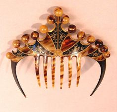 A very beautiful and unusual Art Deco hair comb. by melissagarsia A very beautiful and unusual Art Deco hair comb. by melissagarsia Head Jewelry, Art Deco Jewelry, Jewelry Design, Jewellery, Vintage Hair Accessories, Vintage Hair Combs, Decorative Hair Combs, Art Deco Hair, Bijoux Art Nouveau
