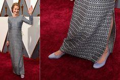 Charlotte Rampling: E quem disse que não dá para ser elegante sem salto alto? A atriz de 70 anos combinou par de sapatos baixos para atravessar o tapete vermelho. Os acessórios foram combinados com longo estampado e de mangas longas