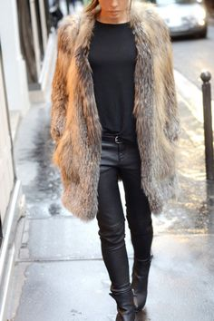 I love the simplicity of the outfit underneath the luxury of the fur coat. It all about the fur coat in this outfit. Fur Fashion, Look Fashion, Fashion Outfits, Womens Fashion, Petite Fashion, Lila Outfits, Mode Outfits, Brown Fur Coat, Look Street Style