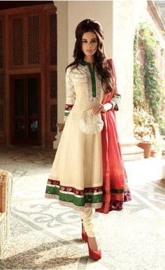 The perfect outfit - salwar kameez India Fashion, Asian Fashion, Look Fashion, Fashion Models, Latest Salwar Kameez, Pakistani Salwar Kameez, Salwar Suits, Anarkali Churidar, Indian Anarkali