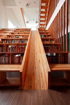 """坂井直樹の""""デザインの深読み"""": 今家を建てようとしている方に、ホームシアターのために階段状の座席として機能する木製スライドの書棚だ。楽しそうだな!"""