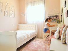 חדר מתבגרת בגוונים בהירים ורכים, חדר נעים וקלסי להרבה שנים קדימה