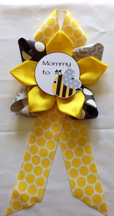 Mommy to BEE Baby Shower corsage by DiAtn on Etsy Mommy to BEE Babyparty-Corsage von DiAtn auf Etsy Distintivos Baby Shower, Baby Shower Gender Reveal, Baby Shower Parties, Baby Shower Themes, Shower Ideas, Baby Gender, Bee Baby Showers, Mommy To Bee, Souvenirs Ideas