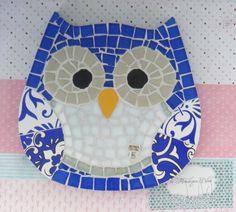 Quadro de Mosaico Coruja Alexia. <br>Design exclusivo, feito pela mosaicista Tainah Neves. <br> <br>Mosaico feito à mão com Pastilhas de Vidro, Pastilha Cristal, Azulejo, Pastilha de Vidro Reciclado, Pastilha Glitter, Pastilha Murano. <br> <br> <br> <br> <br>Dimensões: 18 cm x 18 cm, espessura 1,3 cm.