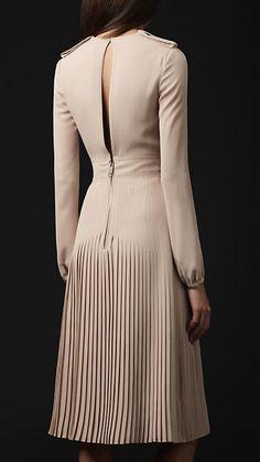 Burberry Prorsum pleated silk v-neck dress 2 Fabulous Dresses, Elegant Dresses, Beautiful Dresses, Nice Dresses, Fashion Details, Look Fashion, Womens Fashion, Fashion Design, Power Dressing