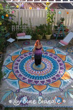 Ein traumhafter Platz im Garten. Bunter Mandala-Boden! Bemalt von Bine Brändle mit wetterfester Acrylfarbe.